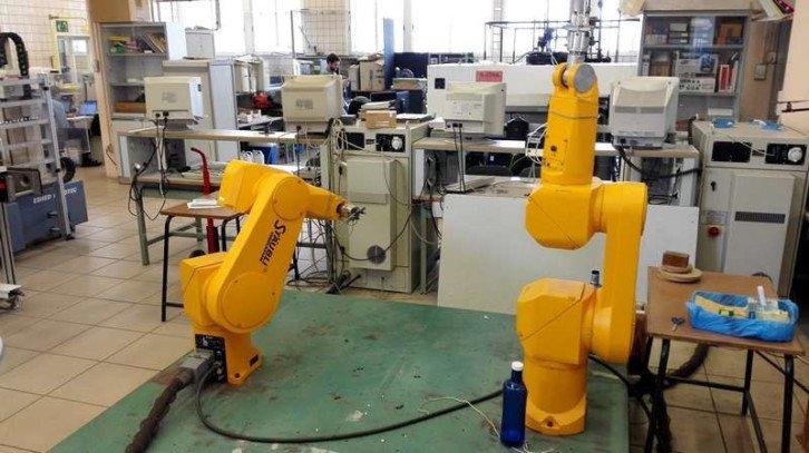 Stanowisko testowe z robotami Staubli RX-90