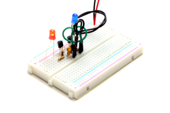 Multiwibrator z tranzystorów MOSFET N(czerwona dioda świeci)