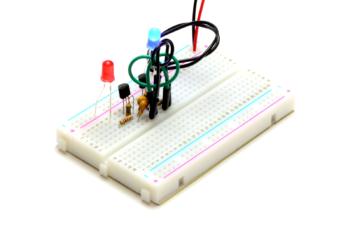 Multiwibrator z tranzystorów MOSFET N(niebieska dioda świeci)
