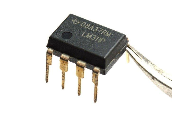 Układ LM311 – pojedynczy komparator analogowy