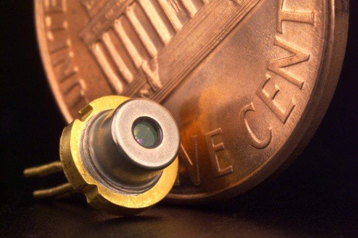 Przykładowa tania dioda laserowa (źródło zdjęcia: Jet Propulsion Laboratory z Wikipedii, autor nieznany)