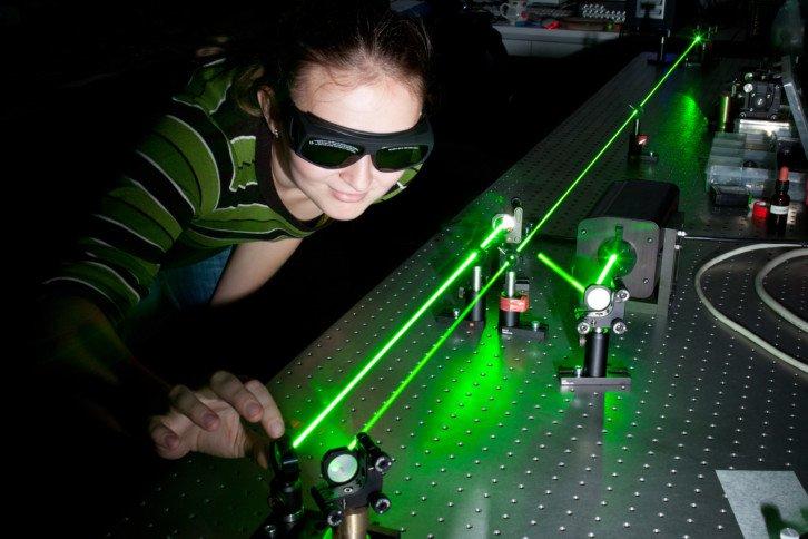 Zielony laser wykorzystywany w laboratorium