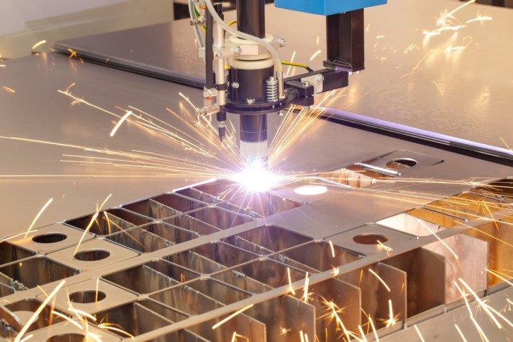 Ploter laserowy wykorzystywany do cięcia różnych materiałów