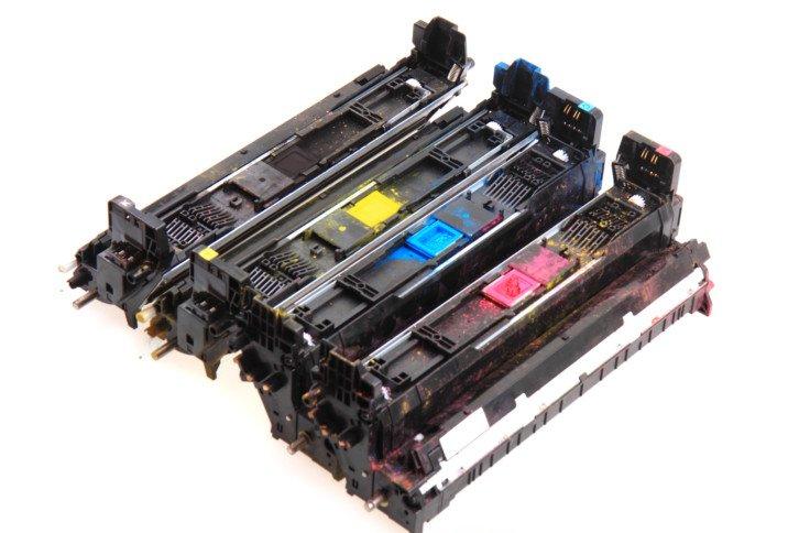 Powodem brudnych wydruków mogą być też po prostu pozostałości tonerów wewnątrz drukarki