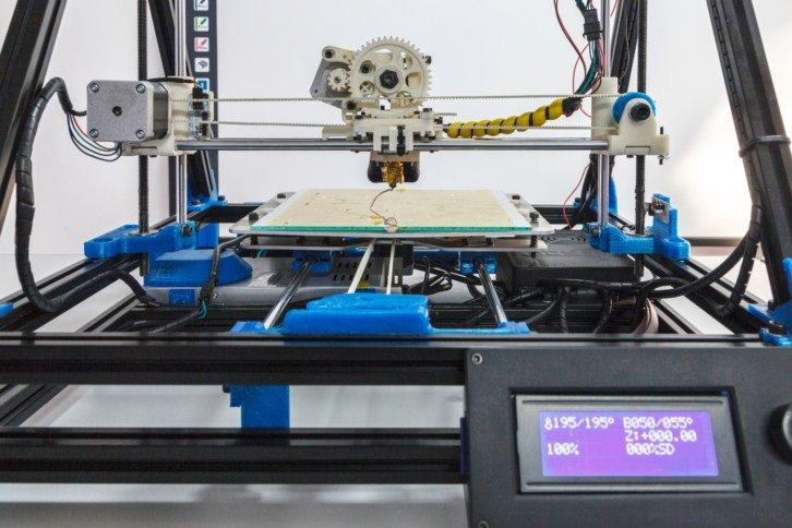 Drukarka 3D – widać silnik tłoczący plastik do głowicy oraz silnik przesuwający głowicę w jednej z osi
