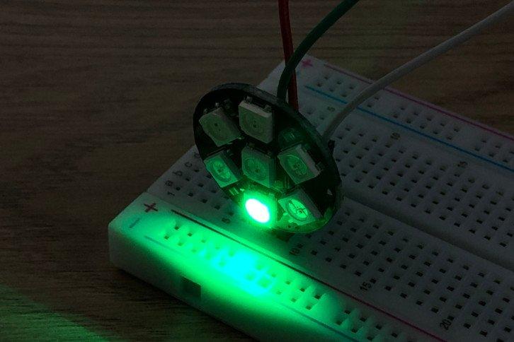 Efekt działania powyższego programu – pierwsza dioda w szeregu świeci na zielono