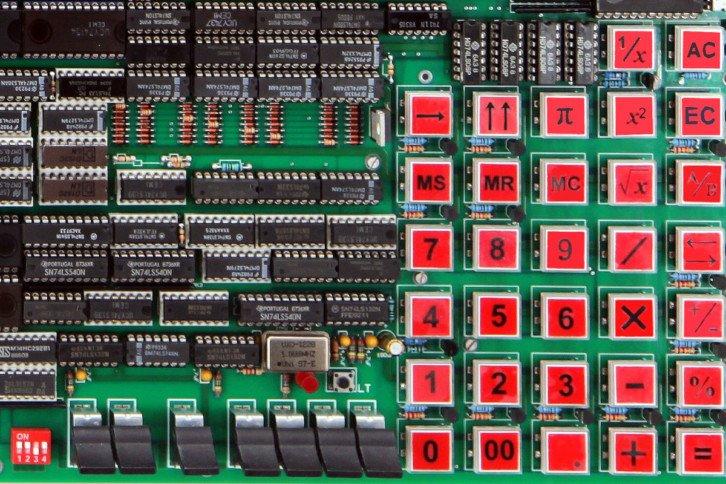 Kalkulator wyposażony jest w klawiaturę, która składa się z 33 podświetlanych przycisków