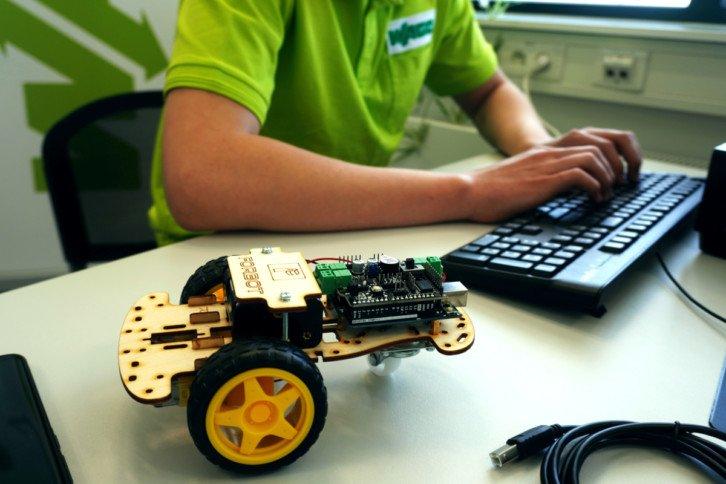Wiele mechatronicznych zagadnień można poznać podczas budowy robotów mobilnych