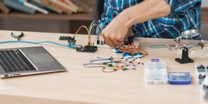 Mikrokontroler z czujnikami i akcesoriami zakupiony w ramach programu Laboratoria Przyszłości pozwoli na naukę elektroniki i programowania w praktyce!